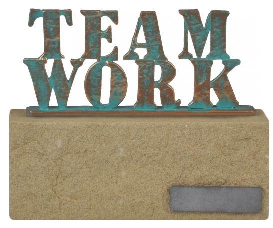 Metalen beeld Teamwork op zandsteen HxB 16x20cm